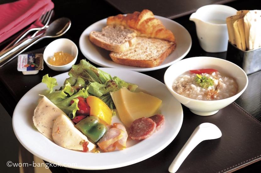 4.パン、おかゆ、野菜、果物、ハム、チーズなどがビュッフェコーナーに並ぶ