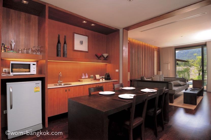 1.冷蔵庫、電子レンジ、ネスプレッソマシーン、食器などが用意されたキッチン