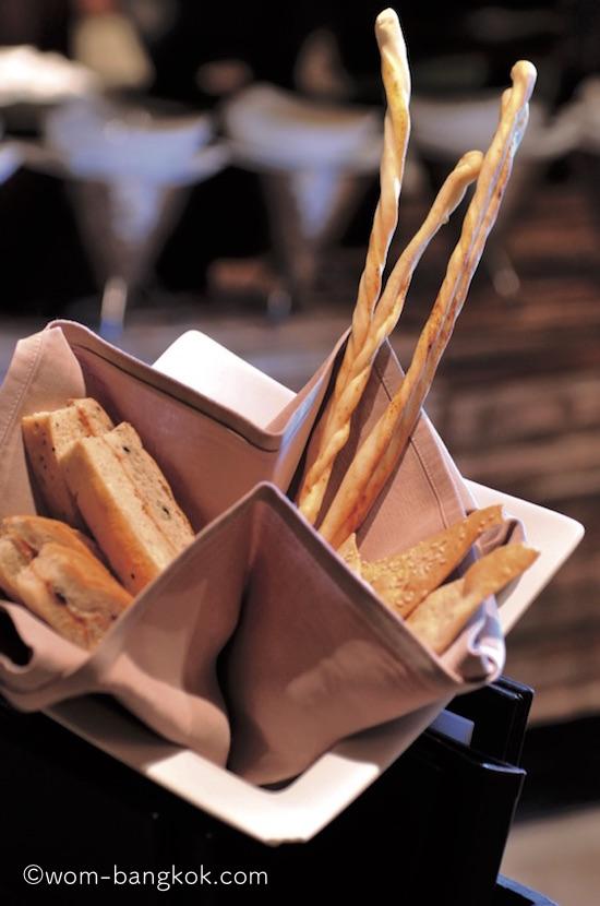 2.食事には自家製の美味しいパンが付く
