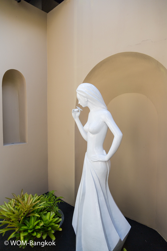 エントランスをくぐると女神ロジャーナの像が