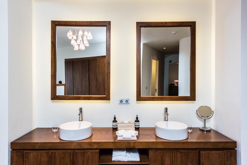 ウッドを基調にしたシンプルな洗面台。広々とスペースが取られていているので、家族分のグルーミンググッズやコスメを余裕で並べることができます