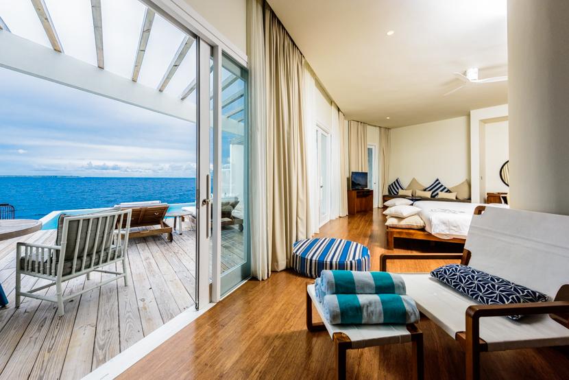 プライベートの屋外テラスにはスイミングプールが。ここから海へ直接アクセスすることができます。また、部屋に常備されているライフジャケットをいつでも使用することができます