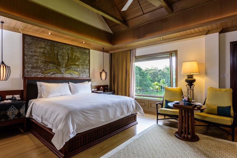 全64室のパビリオン。緑の風景を眺める大きな窓、特別仕様のキングサイズベッドが配された客室は高級感溢れるインテリア