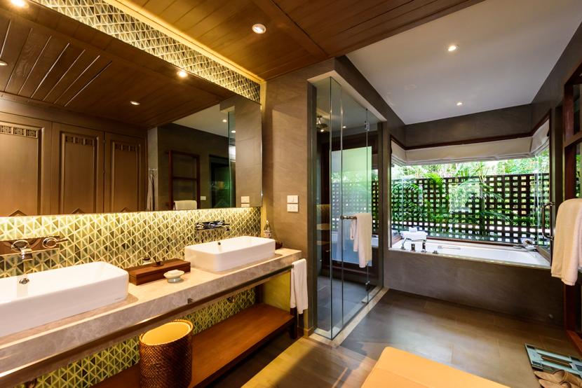 大きなバスタブとクローゼット、シャワールームを携えたバスルームが各室に