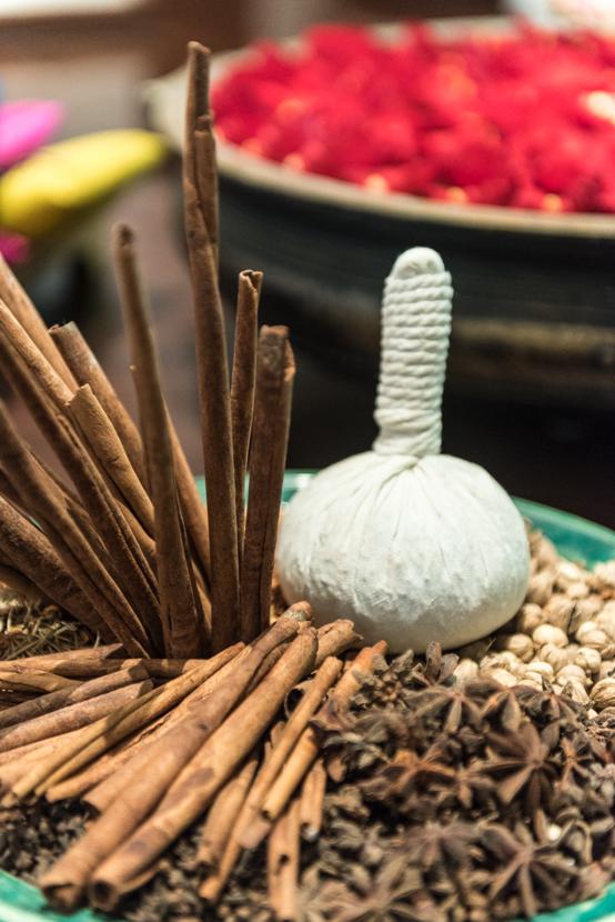 タイ伝統療法といえばハーバルコンプレス。毎朝摘みたての薬草をブレンドし、蒸したものを体に当てながらマッサージを施します
