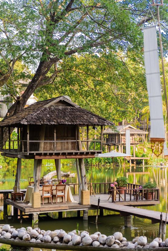池のほとりに建てられたタイの古民家式のプライベートダイニング。別の場所に「Rice Barn」というディナー用の建物もある