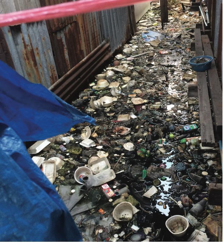 ゴミだらけの通路