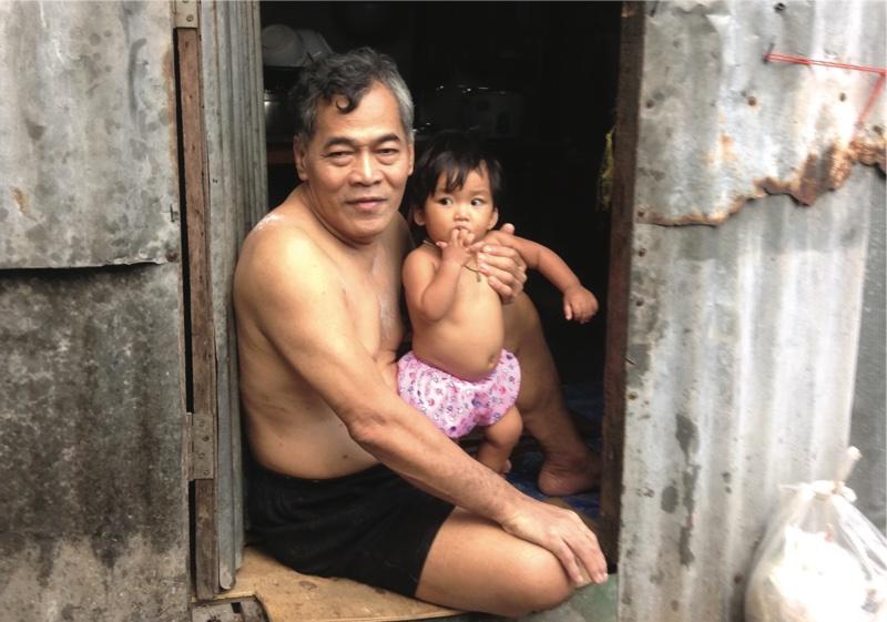 両親が刑務所に入っているため、孫の面倒を見るおじいさん