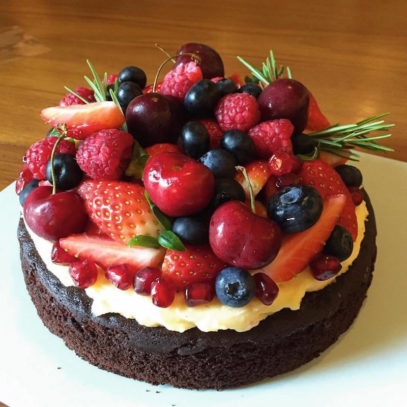 花や果物を沢山使ったケーキは、ホームパーティー文化のアメリカ仕込み