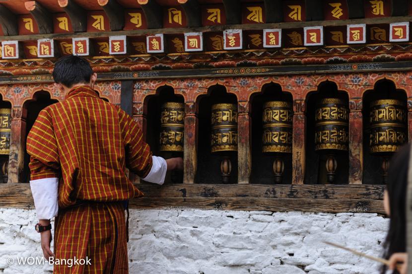 寺院の外壁には必ずと言っていいほどマニ車があります