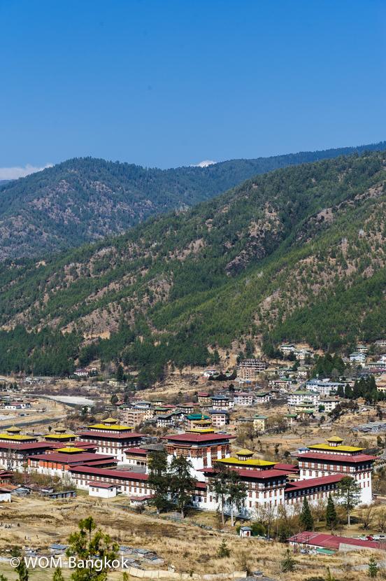 """首都ティンプーにある「タシチョ・ゾン」。ブータンの宗教と政治の総本山であり、国王の執務室もあります。""""ゾン""""とはもともと寺院と城塞を合わせたような存在で、各県にありますが、現在は県庁のような役割を果たしています"""