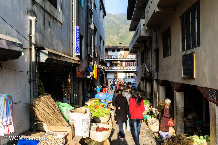 路地裏を覗くと小さなマーケットが