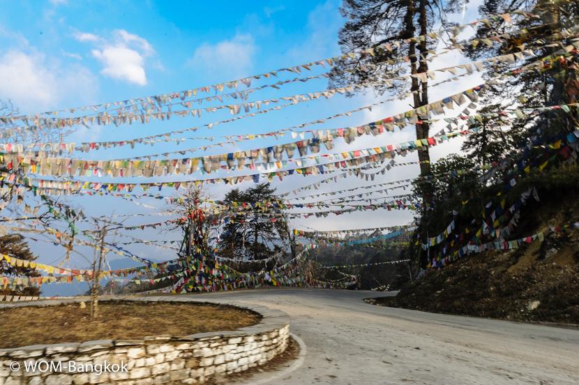"""仏塔の周りに掲げられた""""ルンタ""""(祈りの旗)には経文が書かれており、風になびく度に祈りが天と世界に届くと言われています"""