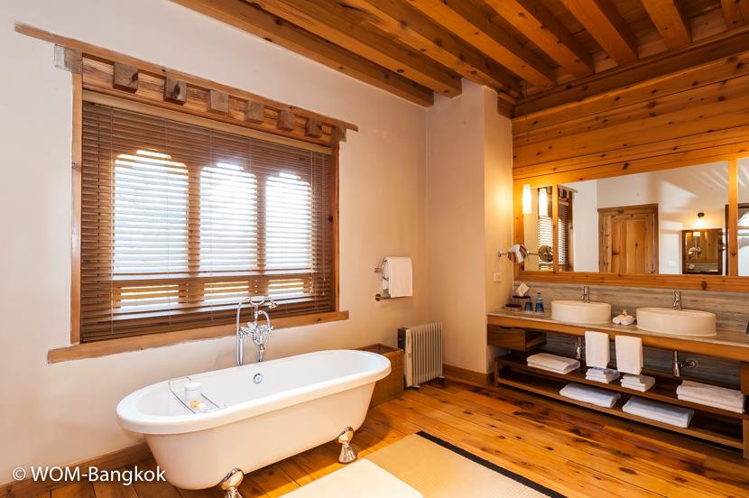 広く快適なバスルーム。シャワールームもあります