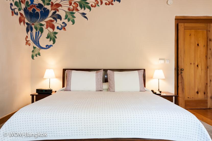 寝室。壁にはブータンの伝統的な絵が描かれています