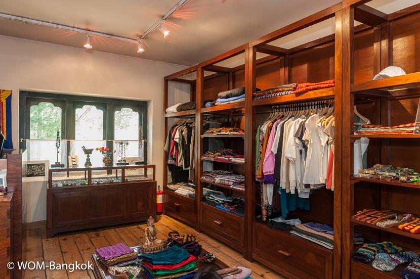 ブータンの工芸品やオリジナルの洋服などが並ぶショップ