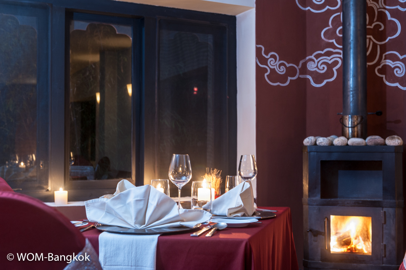 暖炉を眺めながらのディナー