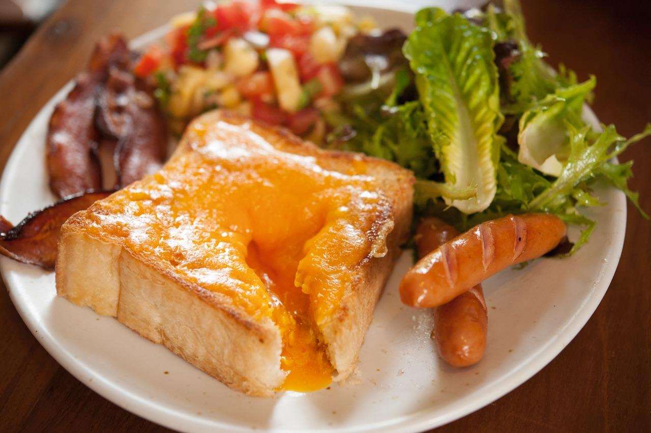 Egg Rothko 240バーツ。チェダーチーズをのせたトーストをカットすると中から半熟卵が!サルササラダ、ベーコン、ソーセージ付き