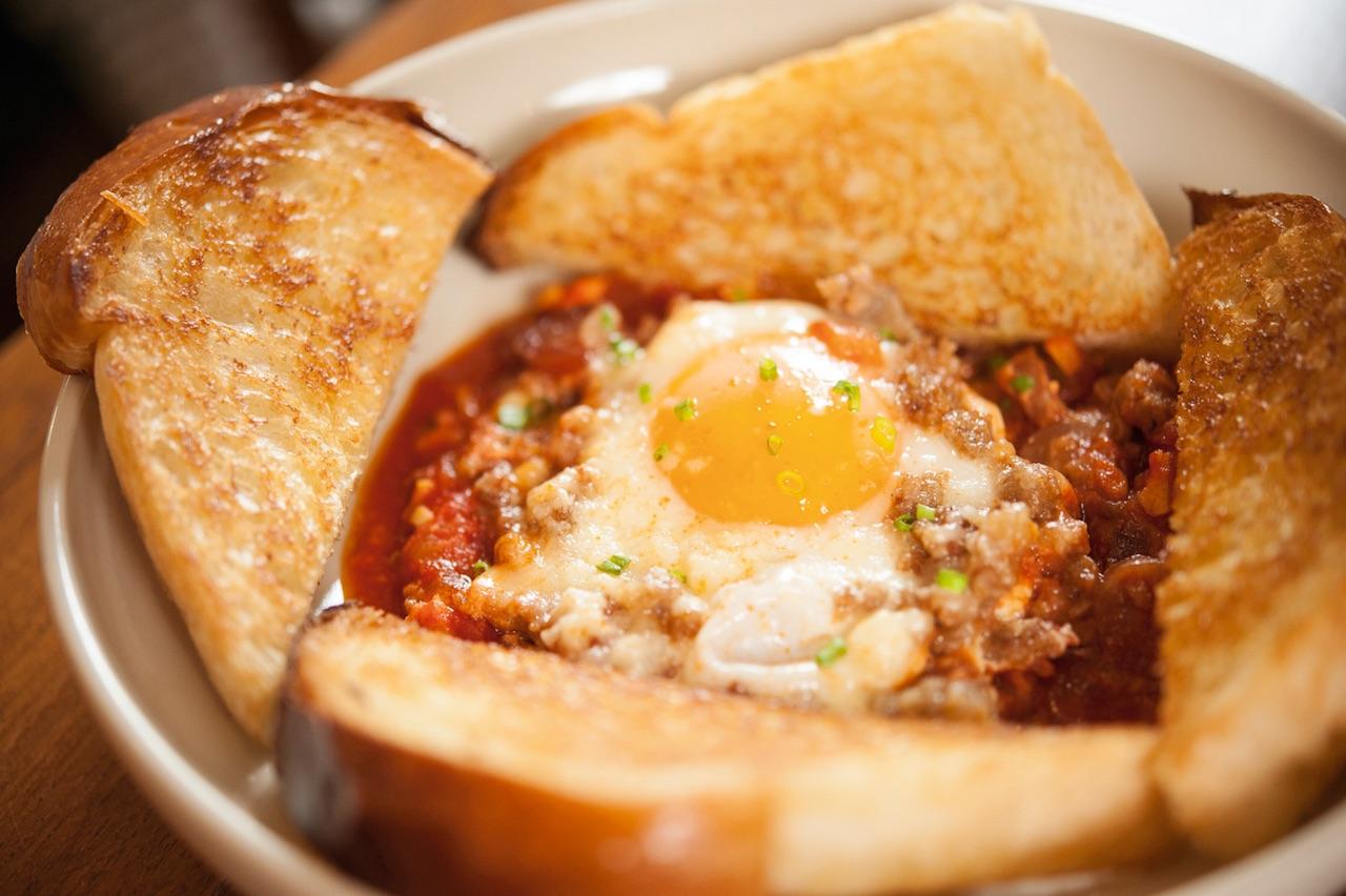 Shakshouka 250バーツ。トルコ風の朝ごはん(半熟卵とソーセージ入りのトマトソースにトーストを添えて)