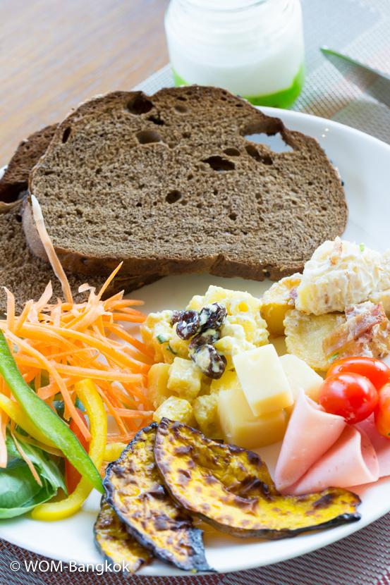 新鮮な野菜や果物にホームメイドブレッド、ヨーグルト、とヘルシーな朝食メニューが並ぶ