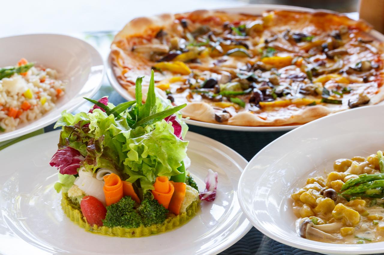 写真はサムイガーデングリーンサラダ、ベジタリアンピザ、かぼちゃとポテトのニョッキ