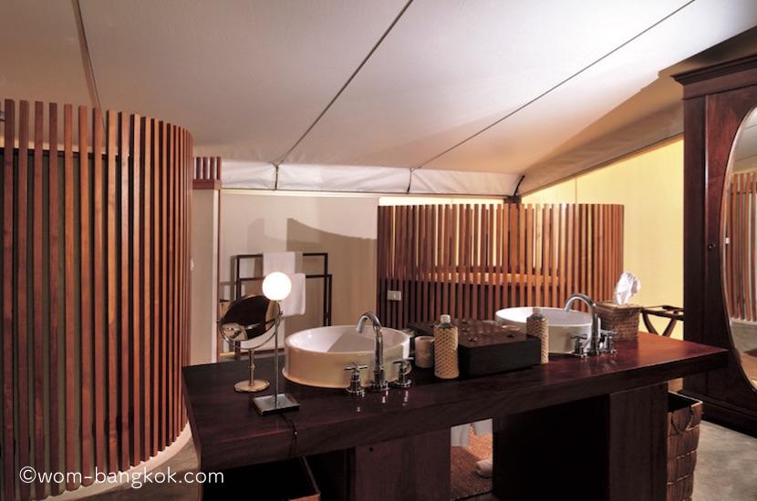 3.木の質感を生かしたデザインのシャワールームとトイレ