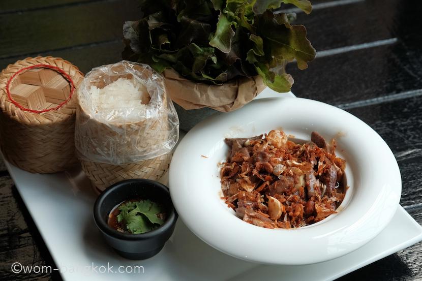 2.ポークレバー炒め(もち米付き) 280バーツ++ 料理自体は辛くなく、レバーだけど臭みもなく食べやすい一品。ジェオというイサーン地方の辛いソースが添えてあります