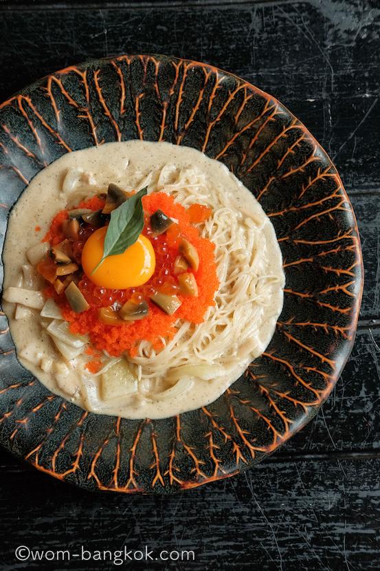 3.卵づくしのスパゲティ 450バーツ++ エンジェルヘアパスタにトビコ、いくら、塩漬け卵の黄身、生卵の黄身、を混ぜて頂きます。クリーミーで濃厚!