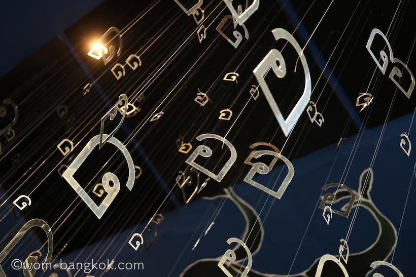 7.天井から吊るされたタイ文字の装飾が個性的